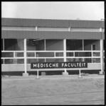 8584 Naambord Medische Faculteit, bevestigd op het (nood)gebouw 'Provisorium'.
