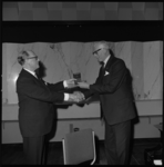 8600 Uitreiking Penning van de Maze door mr. H. Vlug aan mr. F.J. Brevet (r) in De Doelen.