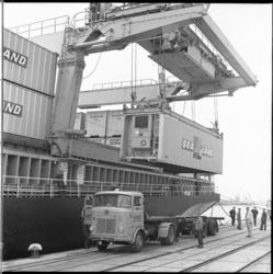 8609 Lossen containerschip ms. Fairland van Sea-land aan de Prinses Beatrixhaven bij Quick Dispatch, met de eigen ...