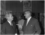 8610 Cineast Joris Ivens in gesprek met burgemeester Wim Thomassen bij de premiere van Ivens film Rotterdam-Europoort ...
