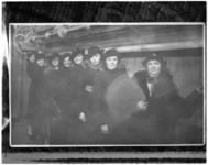 8624-2 Moeder Van Est-Grootenboer met haar zeven dochters in het gebouw van het Rotterdamsch Nieuwsblad aan de ...