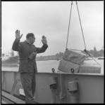 8632-4 Havenarbeider geeft met gebaren aan (vooral richting kraanmachinist) hoe een vracht tijdens de overslag moet ...
