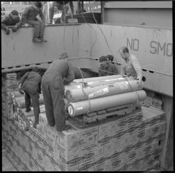 8632-5 Havenarbeiders aan het laden en lossen.