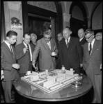 8651 Burgemeester Thomassen bij een maquette van het Schouwburgplein in het stadhuis. Op de foto rechts naast hem ...