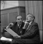 8654-1 Burgemeester W. Thomassen (rechts) krijgt uitleg van D. Jansen Verplanke, hoofdadministrateur van de afdeling ...