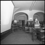 8654-2 Projectiescherm in stadhuis bij de uitslagen van de verkiezingen van de Provinciale Staten.