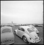 8665-1 Automobilisten in Europoort kijken vanuit hun auto naar de berging van het Griekse vrachtschip ss Akti.