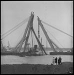 8665-2 Berging in Europoortgebied van het Griekse vrachtschip ss Akti door drijvende bokken Magnus II en III van de ...