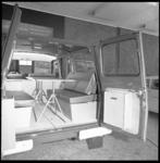 8677 Interieur van een tot camper omgebouwde Ford Transit.