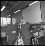 8691-2 Oud-burgemeester G.E. van Walsum en burgemeester W. Thomassen in een praktijklokaal van de Medische Faculteit ...