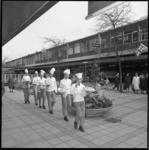 8700 Leerling-bakkers met slagroomtaart in de Lijnbaan op weg naar restaurant/tearoom Scheffers.