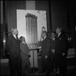 8705-3 Burgemeester W. Thomassen (midden) voor een foto van de in aanbouw zijnde toren van de Medische Faculteit aan de ...