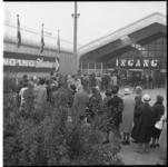 8724-1 Rij wachtenden voor gebouw van het tijdelijk Ahoy-complex bij de Hofdijk-Katshoek i.v.m. de opening van de ...