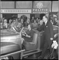 8724-2 Mevr. Marijnen-Schreurs, echtgenote van mr. V.G.M. Marijnen (voorzitter van de Rijnmondraad) hier achter het ...