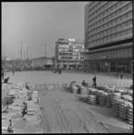 8725 Nieuwe bestrating voor het Hilton Hotel aan het Weena, links het Hofplein; in het midden dancing Bristol en ...