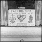8755-2 Etalage van de winkel van Tattoo Dick aan de Sumatraweg 18b op Katendrecht.
