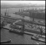 8755-5 Vanaf de Euromast een uitzicht op de Parkhaven, Müllerpier en de Sint-Jobshaven.