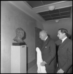 8766 Karel Paul van der Mandele onthult zijn borstbeeld in de Nederlandse Economische Hogeschool, rechts R. Burgert, ...