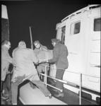 8767-1 Redders op reddingsboot Koningin Juliana Hoek van Holland halen een ernstig zieke opvarende van het lichtschip ...