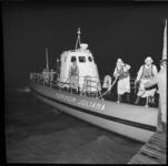 8767-2 Redders op reddingsboot Koningin Juliana van de KNRM uit Hoek van Holland halen een ernstig zieke opvarende van ...