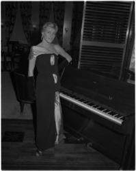 877-2 Model in avondkleding bij piano.
