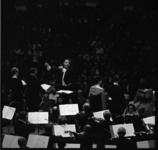 8780-1 Dirigent Piet Struijk in actie tijdens een concert.