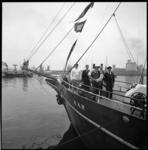 8781-2 Bemanning op het voordek van het 25.000ste schip in Rotterdam, de driemastschoener Aar uit Hamburg in de Maashaven.