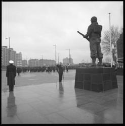 8794 Herdenking en kranslegging bij beeld De Marinier op Oostplein i.v.m. het 301-jarig bestaan van het Korps Mariniers.