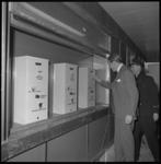 8798-1 Prins Claus brengt een onofficieel bezoek aan Rotterdam en test in het nieuwe metrostation Stadhuis een kaartautomaat.