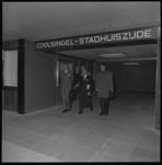 8798-2 Prins Claus brengt een onofficieel bezoek aan Rotterdam en bezoekt het nieuwe metrostation Stadhuis. Rechts ...