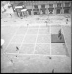 8799 Hoog overzicht van Stadhuisplein met het Monument voor alle Gevallenen 1940-1945; op de achtergrond café ...