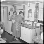 881-1 Keukeninterieur van een binnenvaartschip met twee dames aan het werk.