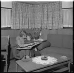 881-3 Soort huiskamer van een binnenvaartschip.
