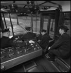 8812-1 Instructierijtuig van RET met leerling trambestuurders, onder onder toezicht van chef opleidingen RET. (links)