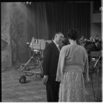 882-3 Opnamen in de grote zaal van de AVRO-studio in Hilversum voor het programma Een Beeld van een Stad, Rotterdam. ...