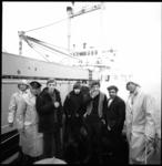 8821 Vier geredde bemanningsleden van de vergane Engelse kustvaarder Eldorita aan wal gezet door de reddingsboot ...