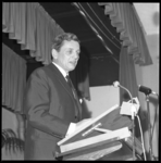 8825-2 Toespraak van acteur Rob de Vries tijdens viering 12,5-jarig bestaan van de synagoge aan het ABN Davidsplein.