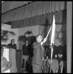 8825-3 Kaarsen ontstoken ter ere van 12,5-jarig bestaan van de synagoge aan het ABN Davidsplein.