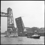 8833 Drijvend houten kantoor bestemd voor Deka Transport Maatschappi, op sleep door sleepboten Buizerd en Havik, ...