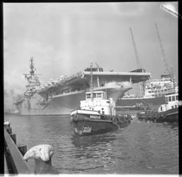 884 Het Amerikaanse vliegkampschip Tarawa in de Rotterdamse haven.
