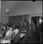 8852-2 Filmvertoning in Prins Alexander. 2e van rechts is J. Klein, eigenaar van het huis-aan-huisblad Alexandergids.