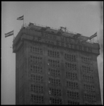 8876 De vlag in de top i.v.m. het bereikte hoogste punt van de in aanbouw zijnde Medische Faculteit aan de Westzeedijk.