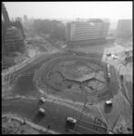 8890 Overzicht vanaf Shellgebouw over Hofplein, rechts het Weena en links de Coolsingel met o.a. dansgelegenheid ...