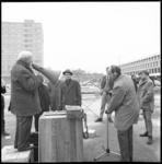 8898-1 Karel Meiler houdt in de speakershoek op het Schouwburgplein een pleidooi voor betaalbare kaartjes voor voetbal ...