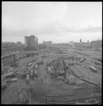 8907-1 Het Stationsplein en het Weena vanaf het Groothandelsgebouw, links het Centraal Station, het postgebouw ...