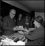 8922 In het Rijnhotel koopt commissaris der Koningin in Zuid-Holland J. Klaasesz de eerste kinderpostzegels van ...