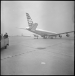 8924 De eerste landing van DC-8 lijndienst van KLM op vliegveld Zestienhoven. Het vliegtuig, op weg van New York naar ...