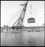 8935 Transport met bok Simson over water met kraakinstallatie voor Shell