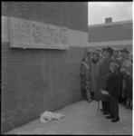 894 Tegen de muur van een complex pas gereedgekomen woningen op de hoek van Ooltgensplaatweg en Slinge wordt een ...