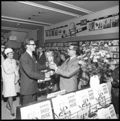 8952 Platenzaakbaas Chris Dankers (r) krijgt in zijn winkel aan de Coolsingel cadeau aangereikt n.a.v. verschijning van ...